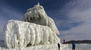 Zamarznięta latarnia morska nad jeziorem Michigan (Tom Gill)