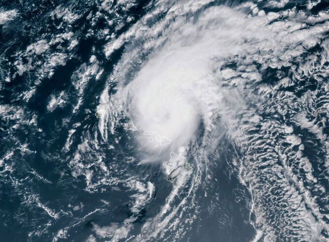 Zdjęcie satelitarne huraganu Douglas (PAP/EPA/NOAA HANDOUT)